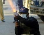 今天在喀拉蚩示威抗议时,武装抗议份子曾朝两个警察局开火。不过,人民党发言人杜朗尼,否认该党活跃人士涉及开火事件。(ASIF HASSAN/AFP/Getty Images)