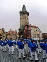 欧洲天国乐团在捷克首都布拉格游行