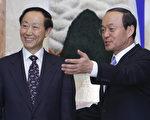 圖:南韓外交通商部長宋旻淳(右)在其官邸會見中共對外聯絡部長王家瑞。(Jo Yong-Hak / AFP)