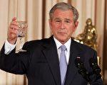 图:布什举杯,对中东和会表示乐观。(SAUL LOEB/AFP)