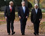 2007 年11月27 日在安纳波利斯美国海军官校举行的中东和平会议中,美国总统布希(中)、以色列总理欧麦特(左)、以及巴勒斯坦自治政府主席阿巴斯(右)宣布,开启中东和平进程,追求在明年达成和平协议。((Photo by Chip Somodevilla/Getty Images)