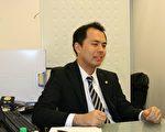 已经开业四年专门为外国人做移民签证等服务的年轻老板新津先生。(大纪元)