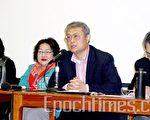 哈金在中国文化研讨会上发言﹐(左起)石静远、林涧﹐哈金及单德兴。(摄影﹕秦川/大纪元)