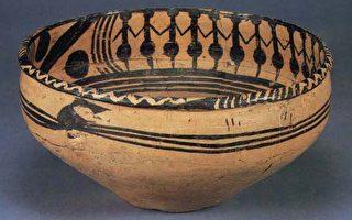 彩陶盆上的樂舞紋飾,一群人手牽著手,面向一致,排列整齊,圍成一個大圓圈