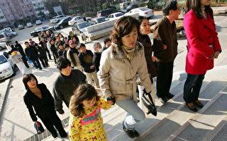 2007 年12月19 日,南韓首爾,民眾前往投票所投票。(Chung Sung-Jun/Getty Images)