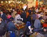 在中國四川省成都過冬至,民眾聚在餐館吃涮羊肉。(China Photos/Getty Images, 2005 年12月22 日)