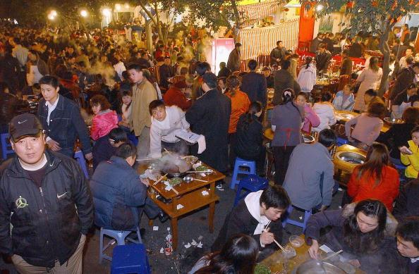 在中国四川省成都过冬至,民众聚在餐馆吃涮羊肉。(China Photos/Getty Images, 2005 年12月22 日)