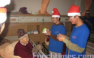 国立嘉义大学志工队寒冬送暖,到护理之家关怀老人。     (摄影:苏泰安/大纪元)