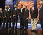 民主党总统初选候选人。左起:希拉里‧克林顿、约瑟夫‧拜顿、比尔‧李察逊、约翰‧爱德华兹、巴拉克‧奥巴马、丹尼斯‧库新尼奇、麦克‧格拉威尔、克里斯托弗‧多德。(法新社)