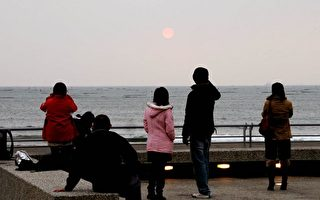 图说:民众在下午5点来到安平观夕平台欣赏今年最后一道夕阳。(南市府提供)