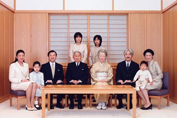 左至右:雅子妃、愛子公主、皇太子德仁、明仁天皇、皇后美紀子、秋筱宮親王、悠仁皇孫及紀子妃,站立者為智子公主(左)、佳子公主(右)。(圖:法新社)