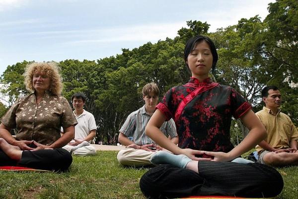 現代醫學證實打坐可以提昇專注力、有效處理壓力,甚至可以減輕慢性疾病。愈來愈多的西方人嘗試冥想,發現好處實在太多了。(Getty Images)