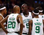 联盟最热门的塞尔蒂克队,近来进攻效率陷入低潮。图:Kevin Garnett #5,Paul Pierce #34, Ray Allen #20, Rajon Rondo #9 and James Posey #41。//Getty Images