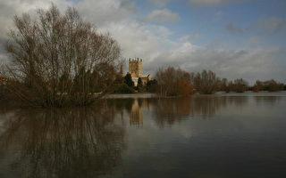 组图:英国蒂克斯伯里遭遇大洪水