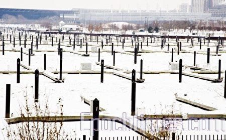 冻冰,停泊船的地方已经没有了船只。(大纪元)