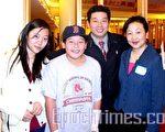 杨建利与妻子傅湘、女儿Anita及儿子Aaron团圆了。 (摄影﹕秦川/大纪元)