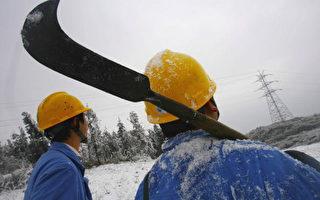 重庆地区,修理被暴风雪压坏电线的技工(China Photos/Getty Images)