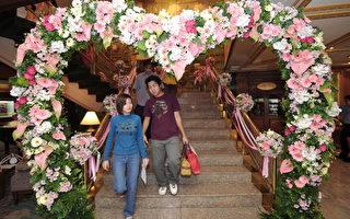 2008年2月14日,泰国曼谷当地政府在情人节为新人举办公证结婚,图为婚礼场地入口的心型装饰。(PORNCHAI KITTIWONGSAKUL/AFP/Getty Images)