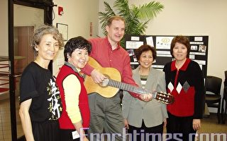 音乐治疗师 Michael Richardson(中)与角声癌症协会的沈廖惠美(右二)、休士顿华人专业协会会长甘幼蘋(右一)等。(王洋摄影/大纪元)