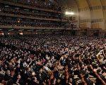 神韵艺术团二月九日在纽约无线电城音乐厅的演出持续爆满,场内掌声、欢呼与安静、肃穆交织在一起,现场气氛热烈,高潮迭起。
