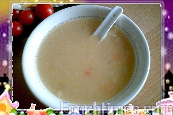 玉米濃湯香濃好喝,廣受歡迎。(攝影:楊美琴/大紀元)