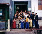 盛雪女士与达兰萨拉难民接待中心的孩子们。(盛雪女士提供)