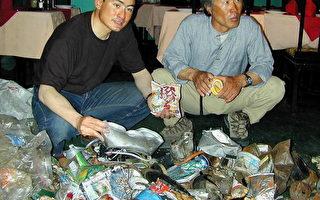 2001年日本著名登山家野口健(左)在尼泊尔登山活动期间,参与清洁垃圾活动。(Photo credit should read DEVENDRA M SINGH/AFP/Getty Images)