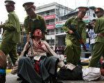 印度西里古里(Siliguri)的流亡藏人展示中共的酷刑迫害(DIPTENDU DUTTA/AFP/Getty Images 2008-3-21)