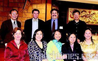 (前右起)楊信宜、余翠梅、華夏文協會長洪梅和黃素芬市長﹐(後左一)為白慊慎教授。(攝影﹕林之昊/大紀元)