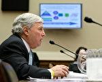 美国食品药物管理局(FDA)局长安德鲁‧冯‧艾森巴哈(Andrew C. von Eschenbach)在国会听证会上作证(Alex Wong/Getty Images 2008-4-22)