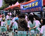 台中市CIPFG全球百萬連署活動,吸引市民踴躍簽名支持。(攝影:黃彥霖/大紀元)