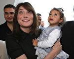 当地时间4月29日法国第一夫人卡拉布鲁妮随着总统丈夫沙科吉出访突尼斯。(PATRICK KOVARIK/AFP/Getty Images)