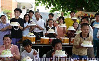 嘉義縣聖心教養院為表達對母親的敬意,自己買蛋糕彩繪送母親,以慶祝母親節。(攝影:蘇泰安/大紀元)