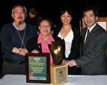 平权会主席周明辉(左一)及平权会总干事黄煜文(右一)参加了5月1日晚在卡尔加里的颁奖典礼。(图片由平权会提供)