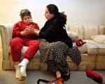 妈妈正在鼓励自闭症的小孩(图片来源:Getty Images)