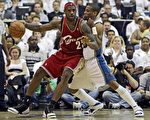 此番遭遇凯尔特人队,詹姆斯(LeBron James,左)争取率队再胜强敌。//Getty Images