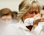 受污染肝素造成美国81人的死亡,四月二十九日星期二在美国国会委员会会议,死亡病人家属哭诉没有想到赖以救命药可能被污染,亲人的生命再也无法挽回 (Win McNamee/Getty Images)