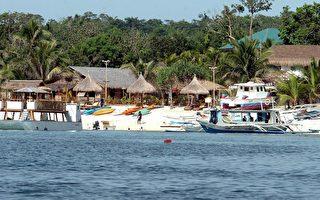 菲律宾中部的长滩岛,拥有五公里长的白沙滩,在蓝天白云和椰林、棕榈树的陪衬下,湛蓝的海水益发显得清澈动人,是个美丽如画的度假胜地。 (JOEL NITO/AFP/Getty Images)