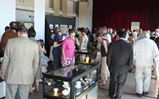 展厅现场观众观赏陶瓷作品。(大纪元)