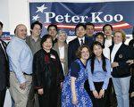 顾雅明(右四)在竞选办公室与支持者合影。左一为竞选经理谭顺熙。(摄影﹕史静∕大纪元)