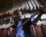 传统的 维吾尔族乐器 (图片来源:China Photos/Getty Images)