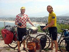 英國青年鄧肯奚爾斯(Duncan Hills)(左)與瓊邱切(Jon Churcher)(右)騎自行車環遊世界,費時十個月、旅行了一萬四千公里,將在二十四日(週日)登上終點站台北101,完成他們募款的慈善壯舉。(圖:奚爾斯提供)//中央社