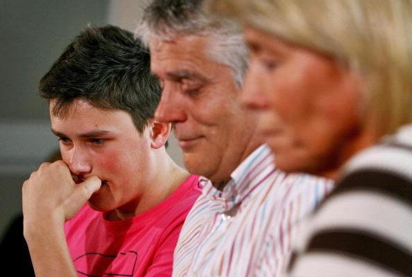 5月25日,演員羅布‧諾克斯的家人在倫敦出席新聞發佈會。(AFP)