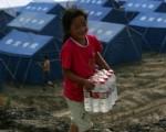 圖為因中共紅會貪污腐敗嚴重,四川震災後,許多中國民眾興起透過民間慈善機構捐款救濟災民。(China Photos/Getty Images)