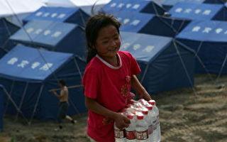 图为因中共红会贪污腐败严重,四川震灾后,许多中国民众兴起透过民间慈善机构捐款救济灾民。(China Photos/Getty Images)