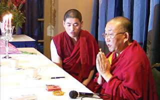 """二零零五年二月阿嘉活佛在圣地牙哥,做为题""""佛教与人生/我的经历""""的讲座。图为阿嘉活佛为听众加持佛珠。 (大纪元)"""