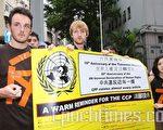 香港大学学生及民间团体成员到中联办请愿,以巨型横幅提醒中共几乎违反每一项世界人权宣言条文,他们希望行动可以帮助中国人民争取民主。(摄影:吴琏宥/大纪元)