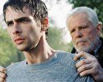 """""""深夜加油站遇见苏格拉底""""一片中的男主角(左)史考特‧马其洛兹(Scott Mechlowicz)与尼克‧诺特(Nick Nolte)。图片提供:得艺国际媒体股份有限公司。"""