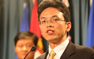 陳用林在2007年訪問加拿大時進行演講(攝影:Matt/大紀元)