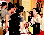 Bramson ORT 學院的師生在新唐人亞裔教育日上